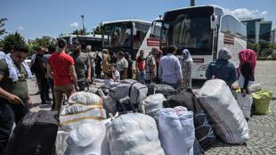 سوريون يغادرون إسطنبول نحو سوريا