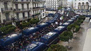 الشرطة تحاصر المحتجين في الجزائر العاصمة يوم 10 يناير/ كانون الثاني 2020