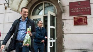 الكسي نافالني يغادر المحكمة في أغسطس / آب 2014، بعد النظر في شكوى Yves Rocher