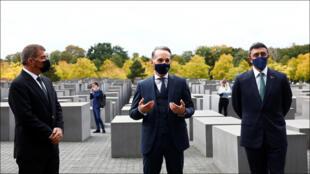 وزراء الخارجية الألماني والإماراتي والإسرائيلي داخل نصب المحرقة في برلين