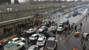 الناس يوقفون سياراتهم في طريق سريع  احتجاجا على ارتفاع أسعار الغاز في طهران
