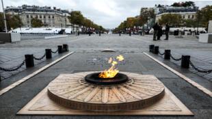 تحترق الشعلة عند قبر الجندي المجهول تحت قوس النصر قبل بدء الاحتفالات بالذكرى 101 لهدنة 11 نوفمبر 1918 ، التي أنهت الحرب العالمية الأولى في باريس.