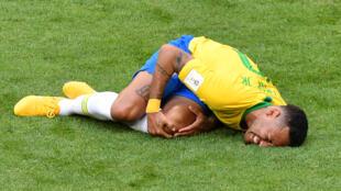 اللاعب نيمار يسقط على أرض الملعب