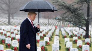 أثناء زيارة الرئيس الأميركي للمقبرة