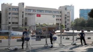 عناصر من الأمن تحرس مقر بلدية ديار بكر