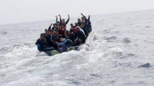 زورق صغير يحمل مهاجرين