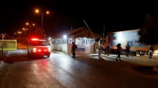 سيارة اسعاف تنقل مصابين اسرائيلين اثر تعرضهم لهجوم من فلسطيني