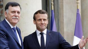 الرئيس الفرنسي إيمانويل ماكرون رفقة فايز السراج أمام قصر الإليزيه بباريس يوم 8 مايو 2019