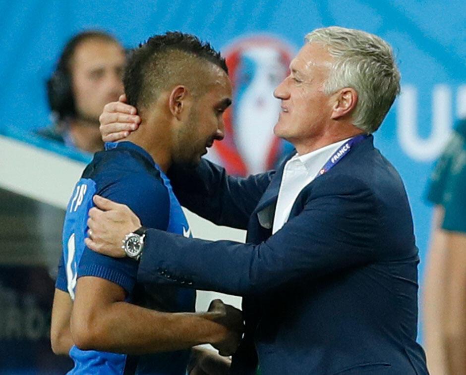 ديشان مدرب المنتخب الفرنسي يعانق باييت في نهاية لقاء فرنسا مع رومانيا