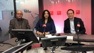 سعدة الصابري تتوسط بشير خلف الله (على اليسار) و رامي خماخم في استديو مونت كارلو الدولية بباريس