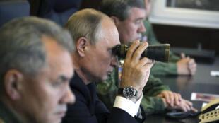 الرئيس الروسي فلاديمير بوتين أثناء عرض عسكري في لينينغراد