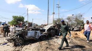 حطام سيارات بعد الانفجار الإرهابي في العاصمة مقديشو يوم 28 ديسمبر 2019