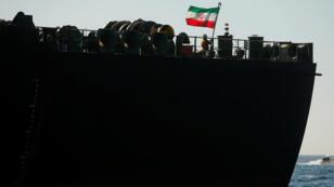 العلم الإيراني على ناقلة النفط الإيرانية أدريان داريا 1