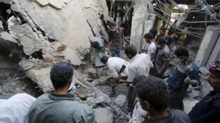 البحث عن ناجين بعد قصف منزل رئيس الوزراء الراحل فرج بن غانم بالطائرات في صنعاء(رويترز)