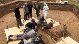 أثريون يقومون بأعمال الحفر في الموقع الذي عثروا فيه على جثة الجنرال الفرنسي