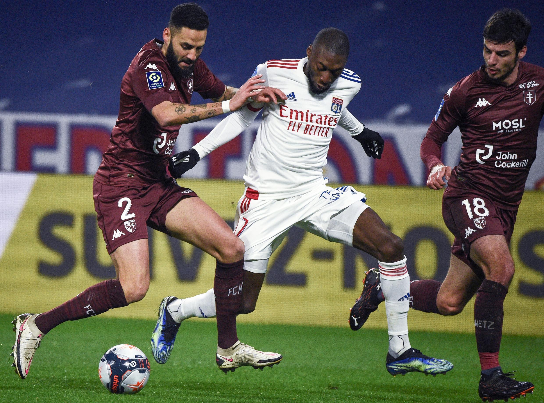 مشهد من مباراة ليون (قميص أبيض) وفريق ميتز الذي أحدث المفاجأة بفوزه على ليون وحرمه من صادرة الدوري الفرنسي