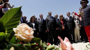 رئيس الوزراء  ووزير السياحة في دقيقة صمت على ضحايا هجوم فندق المريديل في سوسة، تونس(رويترز)