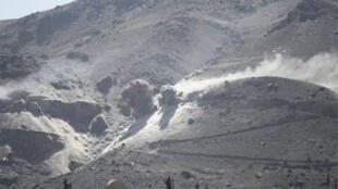أعمدة الدخان تتصاعد بعد غارة جوية على جبل مطل على العاصمة اليمنية صنعاء، 15 أكتوبر 2015
