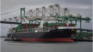 شوهدت الحاويات التي تم تفريغها من آسيا في محطة الميناء الرئيسية في لونج بيتش ، كاليفورنيا في 10 مايو 2019