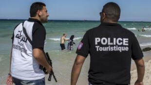 الشرطة السياحية على أحدد الشطوط في تونس (رويترز)