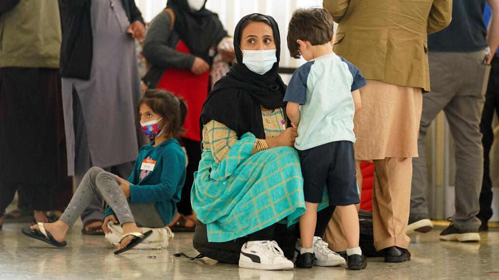 أفغانية مع طفلها في مطار فيرجينيا الأمريكي