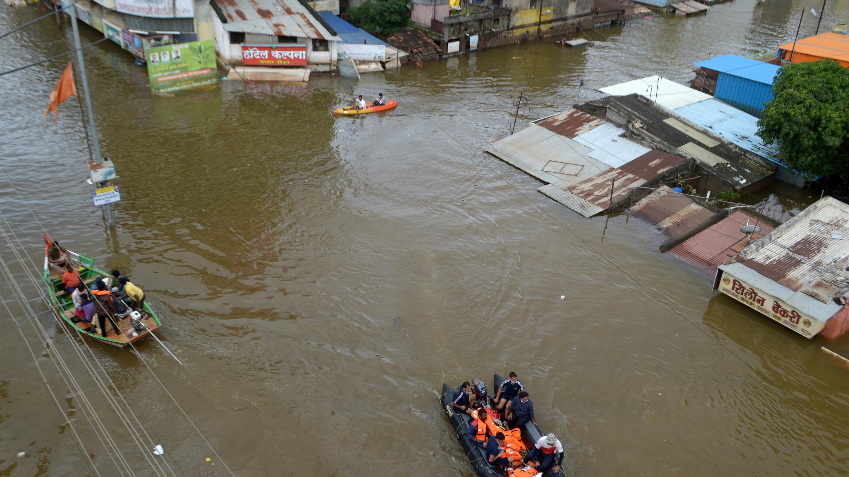 فراد البحرية يقومون بإجلاء الأشخاص المتضررين من الفيضانات إلى أماكن أكثر أمانًا في مقاطعة سانغلي بولاية ماهاراشترا الغربية بالهند