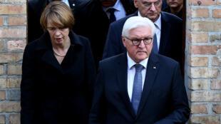 الرئيس الألماني فرانك فالتر شتاينماير وزوجته إلك بودينندر يغادران الكنيس في هالي يوم 10 أكتوبر 2019