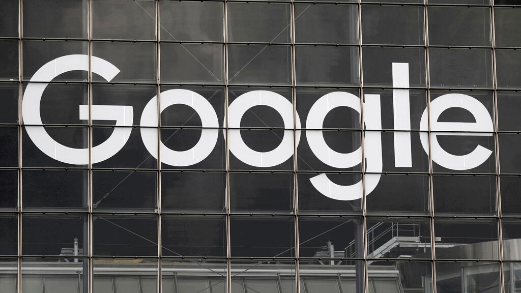 شعار غوغل على أحد المباني في العاصمة الفرنسية باريس