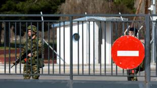 جنديان يونانيان يقفان عند معبر مغلق على الحدود اليونانية التركية يوم 28 فبراير/ شباط 2020
