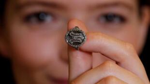 خاتم من الألماس يعود لملكة فرنسا السابقة ماري أنطوانيت قبل عرضه في مزاد في جنيف