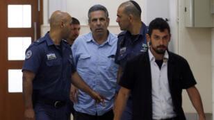 الوزير الإسرائيلي السابق غونين سيغيف (وسط) محاط بعناصر الشرطة، القدس 05/07/2018