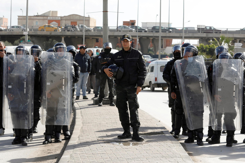 2021-01-30T135702Z_1463121906_RC2DIL9JQLZU_RTRMADP_3_TUNISIA-PROTESTS