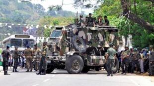 انتشار لعناصر من الجيش السريلانكي في اجزاء من منطقة كاندي بعد اشتباكات طائفية/ رويترز 06 - 03 -2018