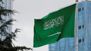 العلم السعودي يرفرف فوق قنصلية المملكة العربية السعودية في اسطنبول