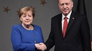 الرئيس التركي رجب طيب إردوغان والمستشارة الألمانية أنغيلا ميركل في إسطنبول يوم 24 يناير- كانون الثاني 2020