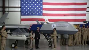 الرئيس الأمريكي دونالد ترامب بجانب طائرة بدون طيار تابعة لحرس الحدود