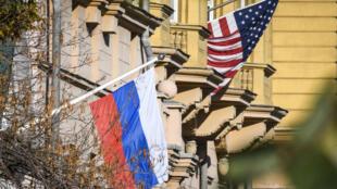 علم روسيا بجانب مبنى السفارة الأمريكية في موسكو