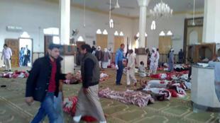 المسجد الذي حصل فيه الاعتداء في قرية الروضة بئر العبد القربية من مدينة العريش