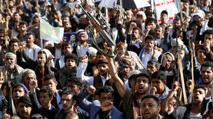 أنصار الحركة الحوثية يحضرون للاحتفال بعد مزاعم التقدم العسكري الذي قامت به المجموعة بالقرب من الحدود مع المملكة العربية السعودية في صنعاء-