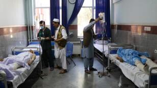 جرحى نتيجة انفجار الحافلة في أفغانستان