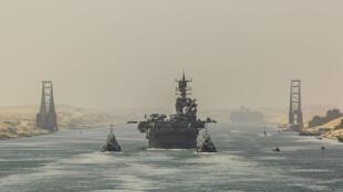 قطع عسكرية بحرية أمريكية تعبر قناة السويس