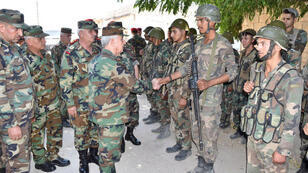 وزير الدفاع السوري علي عبد الله أيوب يصافح جنود الجيش في محافظة إدلب