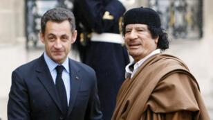 نيكولا ساركوزي ومعمر القذافي في باريس يوم 12 ديسمبر 2007