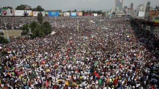 حشد من الاثيوبيين يحضرون خطاب رئيس الوزراء الأثيوبي ابيي أحمد
