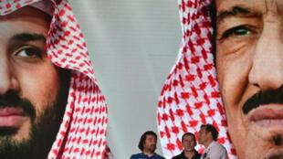 صور لولي العهد السعودي الأمير محمد بن سلمان (على اليسار) والعاهل السعودي سلمان بن عبد العزيز