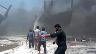 حريق ضخم في حوض لبناء السفن في مرفأ بوشهر بجنوب غرب إيران يوم 15 يوليو تموز 2020