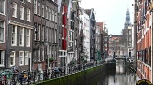 شارع في أمستردام خال من المارة