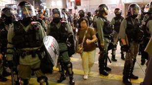 ضباط شرطة مكافحة الشغب وهم يحاولون تفريق المتظاهرين الذين تجمعوا في مظاهرة في هونغ كونغ-
