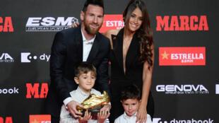 ميسي بعد تسلمه الحذاء الذهبي مع زوجته وابنيه في برشلونة يوم 16 أكتوبر 2019