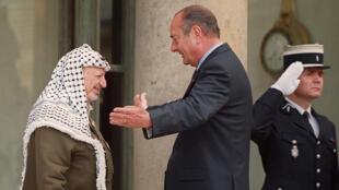 الرئيس الفرنسي جاك شيراك يستقبل الزعيم الفلسطيني ياسر عرفات في قصر الإليزيه يوم 23 مايو 2001